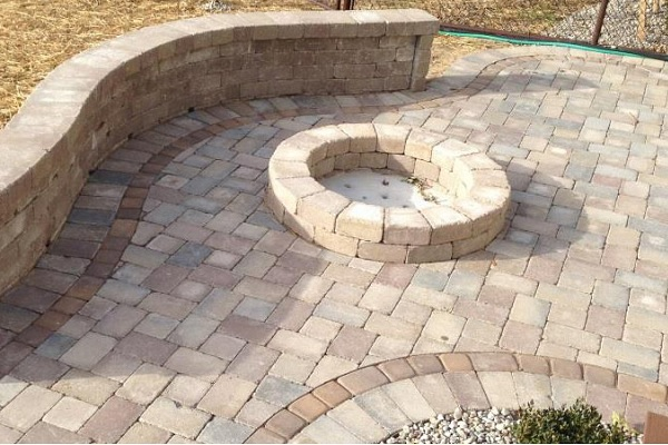 laredo retaining wall with colonnade brick pavers