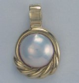 Mabe pearl pendant 14mm in 14kt yellow gold frame