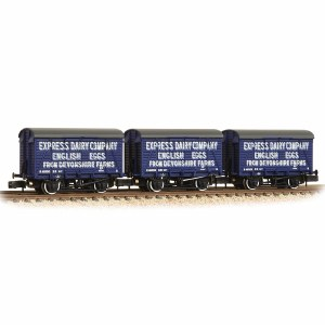 Graham Farish N 377-440 12 Ton Southern Planked Ventilated Van 'Express Dairies Eggs' - Triple Pack
