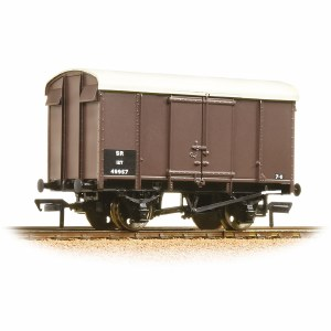 Bachmann OO 38-075B 12 Ton Southern Plywood Ventilated Van SR Brown