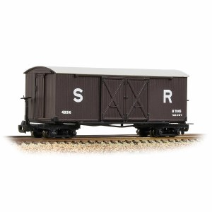 Bachmann Narrow Gauge OO9 393-028 Covered Goods Wagon SR Brown
