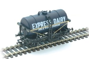 Peco OO R-74E Milk Tank Wagon Express Dairies
