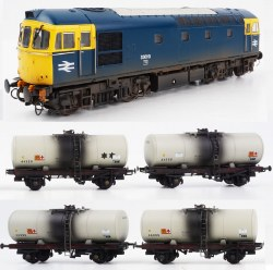 Class 33 BR Blue 33010 and Four 1980s Grey Fuel Oil Tanks (Weathered) pack