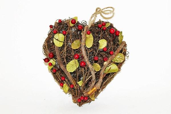 Wicker heart with berries 17cm