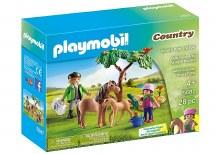 Vétérinaire avec enfant et poneys
