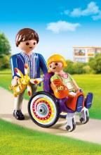 Enfant avec fauteuil roulant et papa