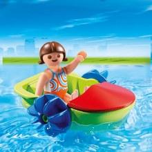 Enfant avec bateau à pédales