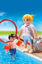 Maître nageur avec enfant