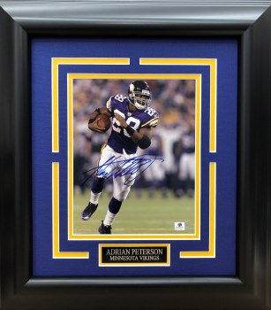 ADRIAN PETERSON AUTOGRAPHED HAND SIGNED & CUSTOM FRAMED 8X10 PHOTO