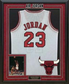 MICHAEL JORDAN AUTOGRAPHED HAND SIGNED AND CUSTOM FRAMED WHITE CHICAGO BULLS JERSEY