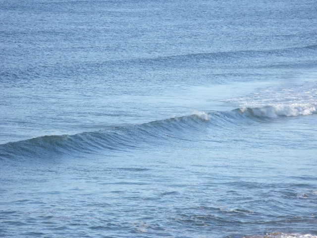 Small wave in the center of Lahinch beach